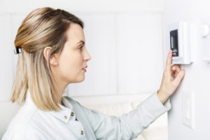 Un thermostat d'ambiance (prix compris entre 10 et 70 €) permet d'optimiser avec précision sa consommation de chauffage. Crédits : Shutterstock.